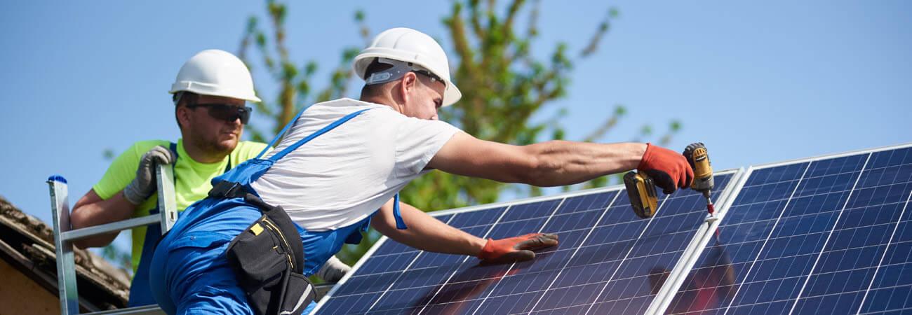 Contratistas instalando paneles solares