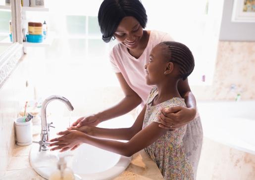 madre e hija lavándose las manos